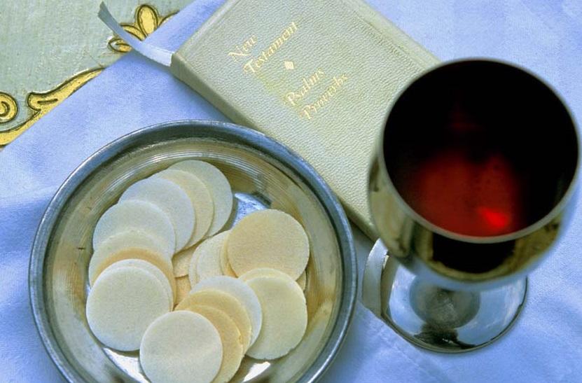 Tu sĩ tự rước Máu Thánh tại bàn thờ được không?